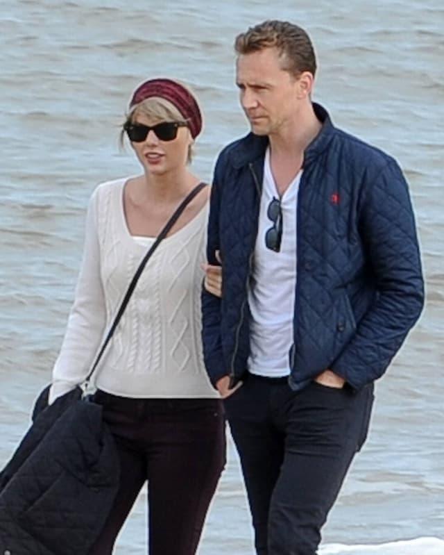 Taylor Swift und ihr neuer Freund spazieren am Strand entlang.