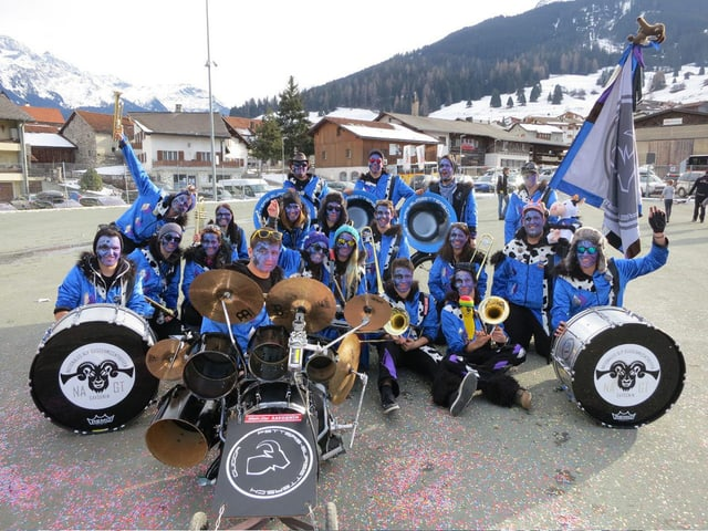 Ils «Fetters-Sursetters» en gruppa cun costums, sminca ed instruments.