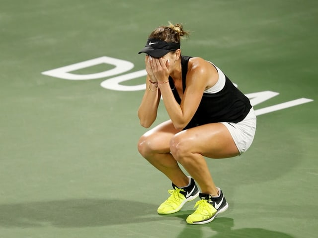 Belinda Bencic hält sich die Hände vor die Augen.