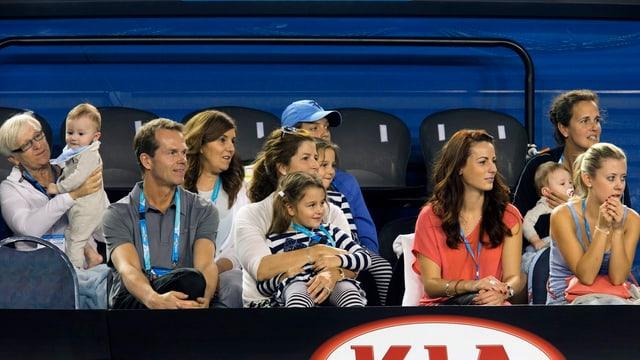 Tribüne mit der Federer-Familie, die Roger beim Spielen zusieht.