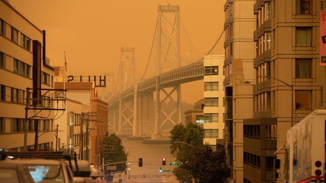 Oranger Himmel leuchtet über San Francisco.