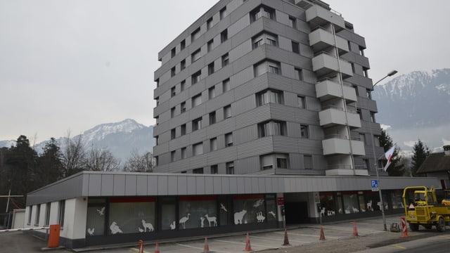Das achtstöckige Verwaltungsgebäude des Natur- und Tierparks Goldau.