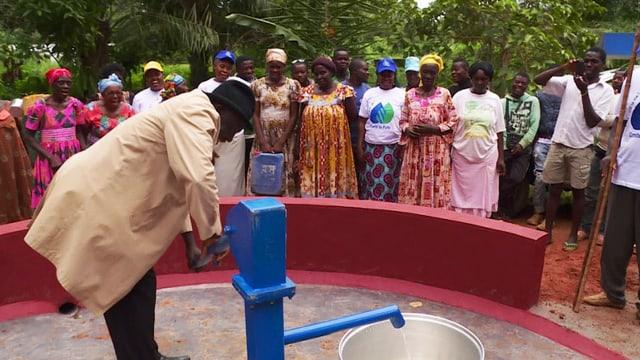 Video «Das Dorf Okola erhält auberes Wasser» abspielen