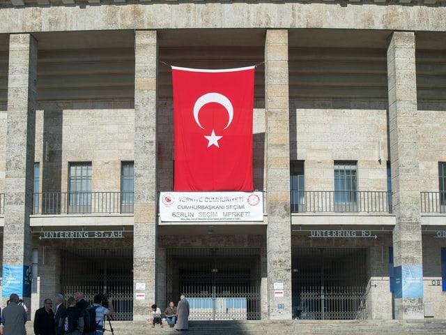 Türkische Flagge hängt an der Stadionmauer.