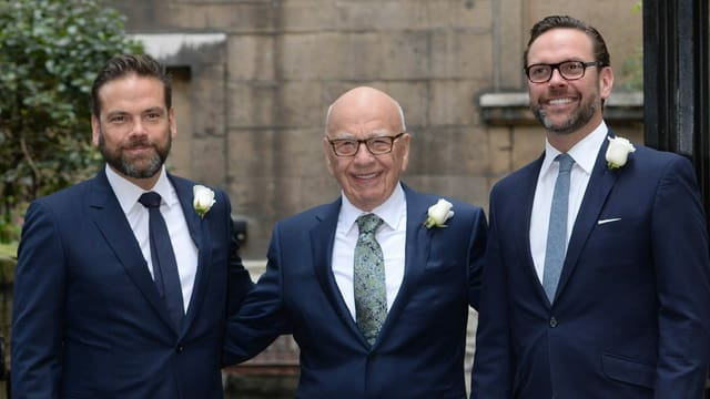 Rupert Murdoch mit seinen Söhnen James (R) und Lachlan (L) im Frühling 2016 in London. Der Patriarch heiratete damals das Fotomodell Jerry Hall.