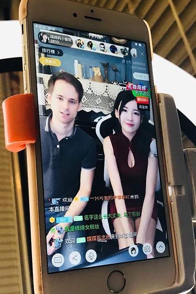 Handy mit Korrespondent und Bloggerin im Bild
