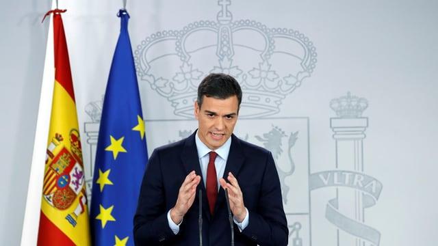 Il primminister spagnol Sánchez avant las medias.