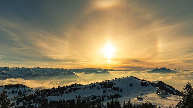 Blick von der Rigi mit untergehender Sonne und einem Halo.