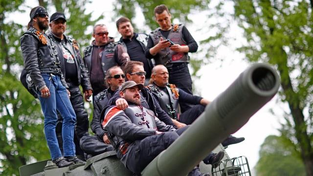 Nachtwölfe posieren auf Panzer