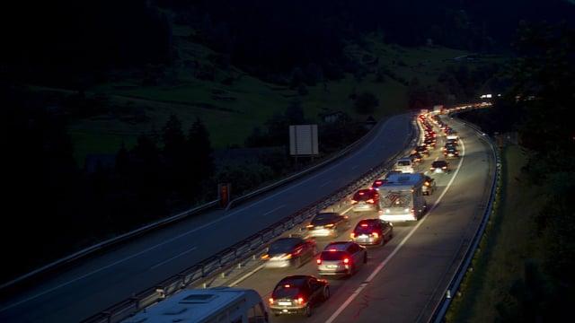 Viel Verkehr auf der Gotthardautobahn A2 in Richtung Süden bei Dämmerung. (keystone)