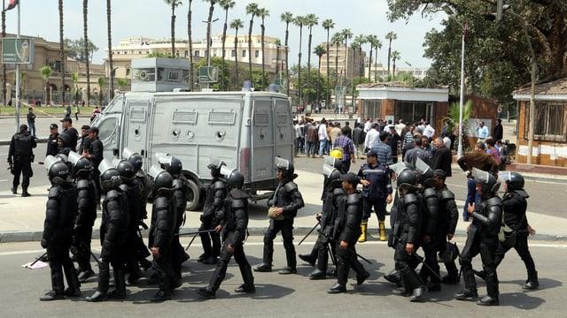 Dutzende Sicherheitskräfte in Vollmontur vor der Universität in Kairo.
