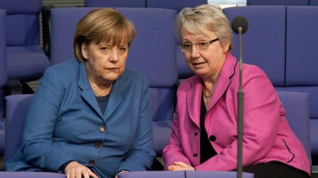 Bundeskanzlerin Angela Merkel und Bildungsministerin Annette Schavan sprechen miteinander.