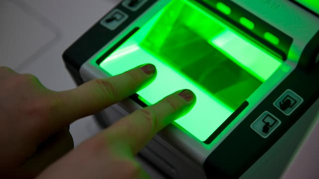 Ein Scanner, der zwei Finger für den biometrischen Pass scannt.