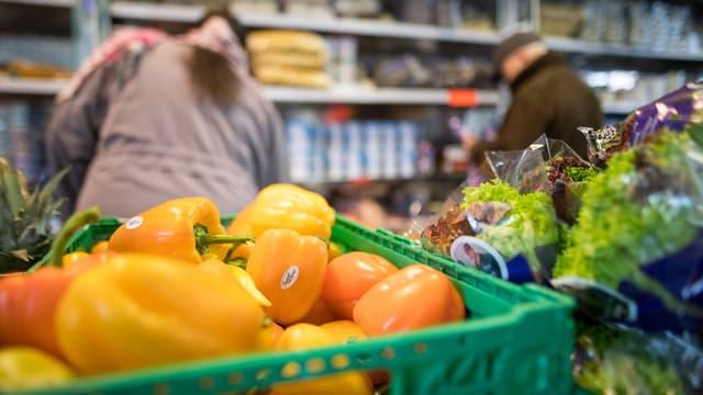 Situaziun da cumprar verduras en ina butia.