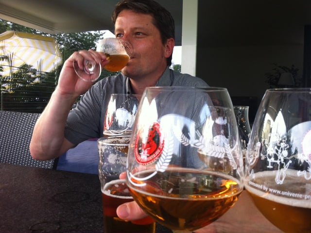 Roger Brügger nimmt einen Schluck Bier.
