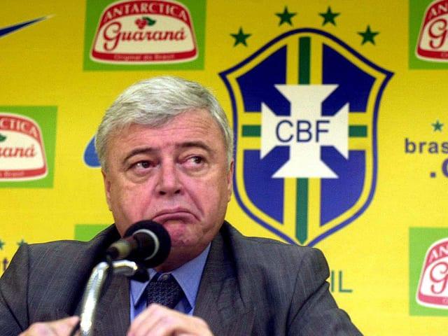 Ricardo Teixeira verzieht an einer Pressekonferenz das Gesicht.