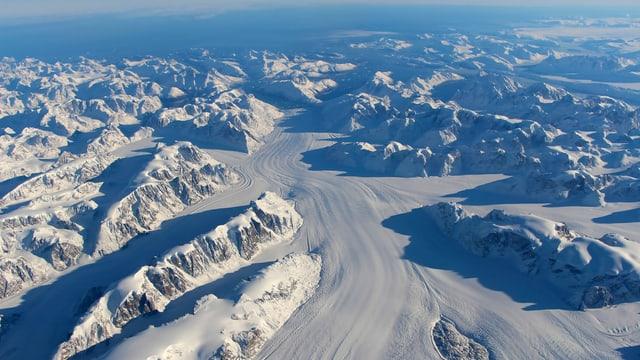 Gletscher und Berge aus der Vogelperspektive.