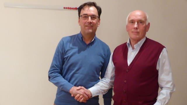 Jakob Barandun (ad interim fin uss, dre.) surdat il presidi da la Region Alvra a Simon Willi (san.).
