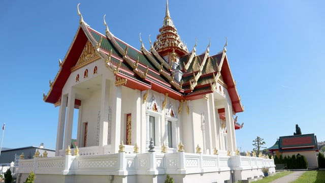 Tempel mit verziertem Spitzdach und Säulen.