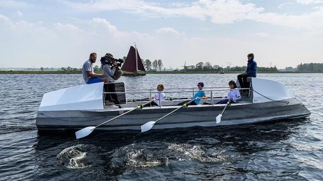 Die vier Frauen der «SwissOceanDancers» werden beim Rudertraining auf dem Wasser von SRF gefilmt.