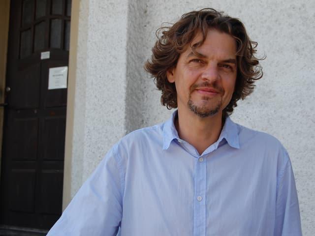Gemeindepräsident Christian Grossenbacher vor dem Gemeindehaus Wileroltigen.