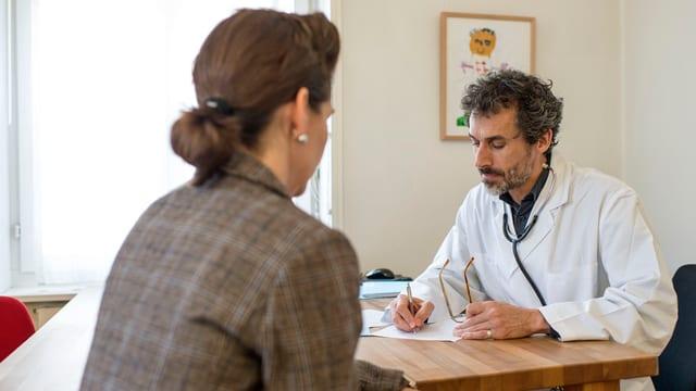 Arzt und Patientin.
