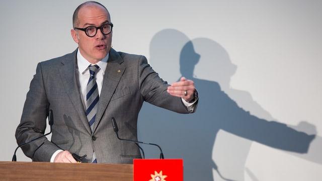 Il directur da Svizra Turissem, Jürg Schmid, che discurra. Davosstiers vesans sia umbriva.