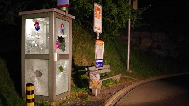 La cabina da telefon demolida curt suenter l'acziun dals vandals giuvenils.