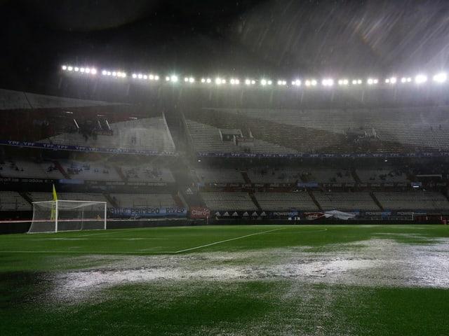 Regen in Fussballstadion.