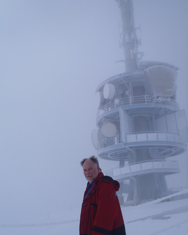Franz Betschart vor dem Rigisender bei eisigem Wetter.