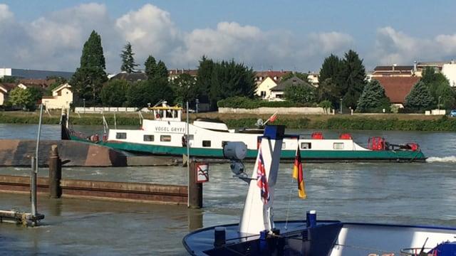 Gekentertes Schiff im Rhein