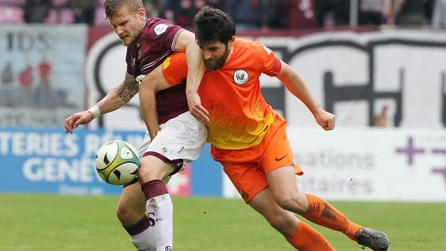 ein wiler spieler kämpft um den ball gegen einen gegnerischen spieler