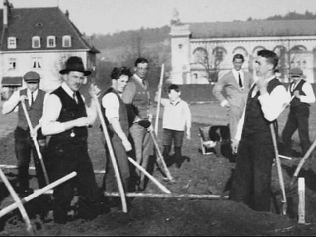 Die Mitglieder des FC Zürich beginnen 1925 mit dem Bau des Letzigrund-Stadions.