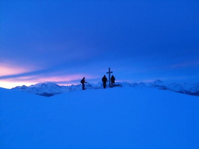 Das Gipfelkreuz des Gemmipasses bei Sonnenaufgang.