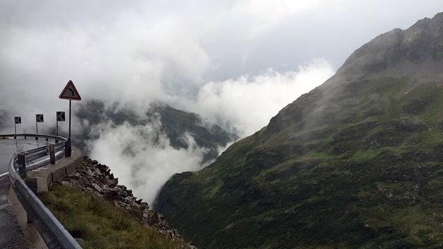 Blick von der Sustenpass-Strasse in die Wolken in Richtung Pass.