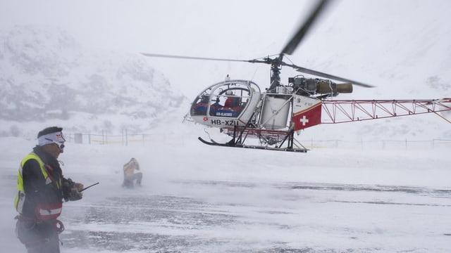 Vista sin l'helicopter che transportescha davent ils blessads.