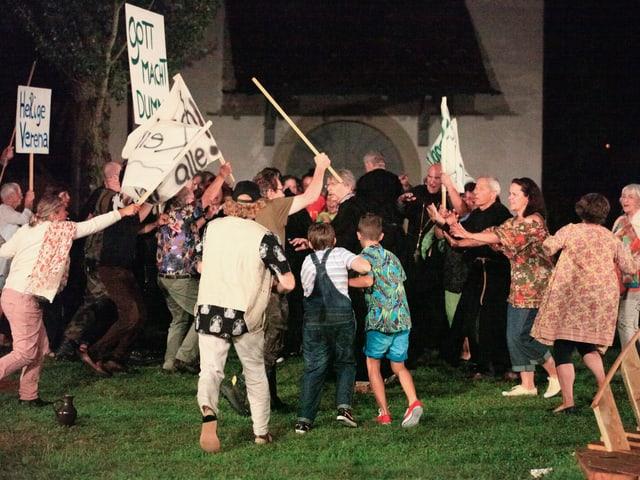 Eine gespielte Demonstration artet in Gewalt aus.