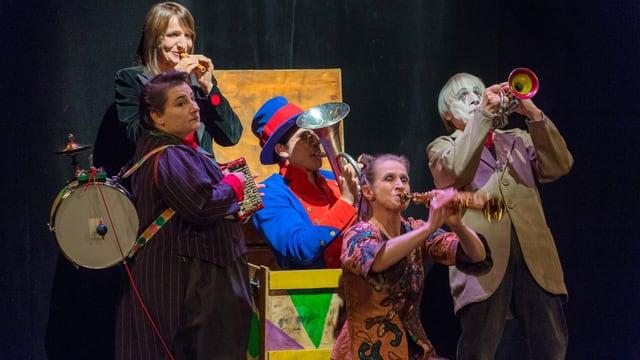 Die Famiglia Damirtir steht auf der Bühne und spielen Instrumente