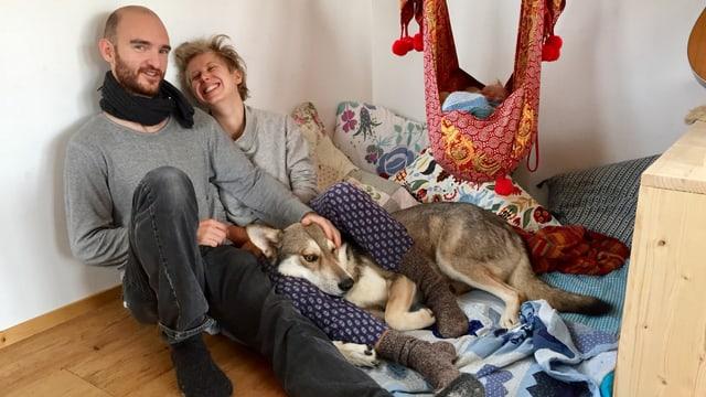 Porträt einer jungen Familie mit Hund