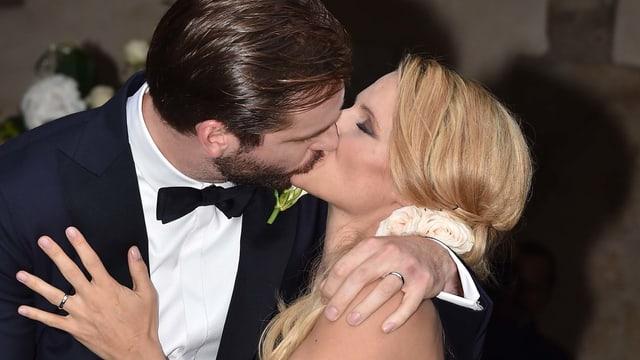 Tomaso Trussardi und Michelle Hunziker küssen sich. Michelle Hunziker trägt ein weisses Brautkleid.