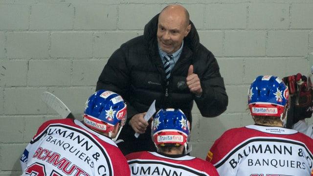 Trainer des EHC Dino Stecher gibt der Mannschaft Anweisungen.
