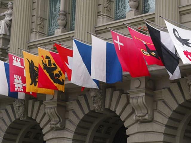 Kantonsflaggen am Bundeshaus