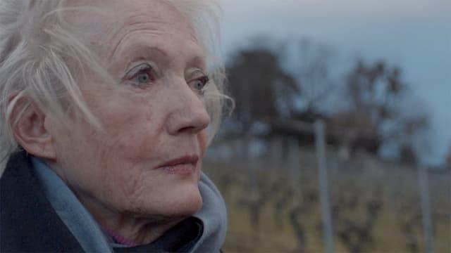 Ältere Frau von der Seite
