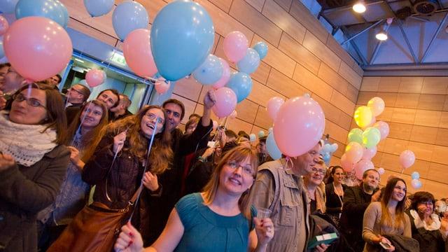 Christliche Aktivistinnen und Aktivisten feiern ihren Sieg in Zagreb.