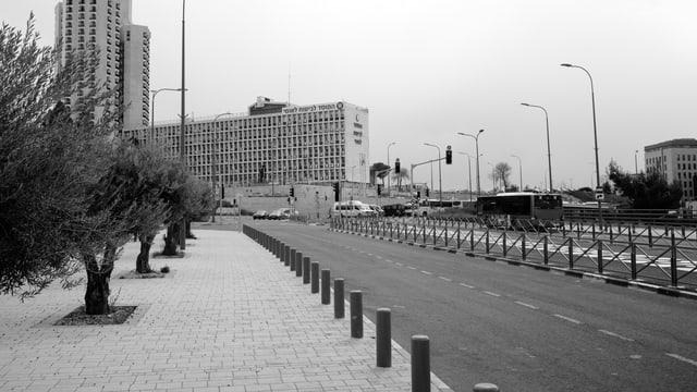 Eine leere Strasse mit dem Gebäude der israelischen Sozialversicherung im Hintergrund