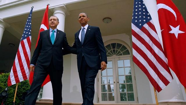 US-Präsident Obama und der türkische Präsident Erdogan treten Arm in Arm vor das Weisse Haus.