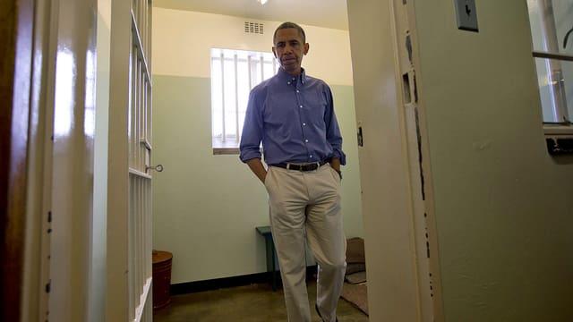 Obama in einer Zelle.