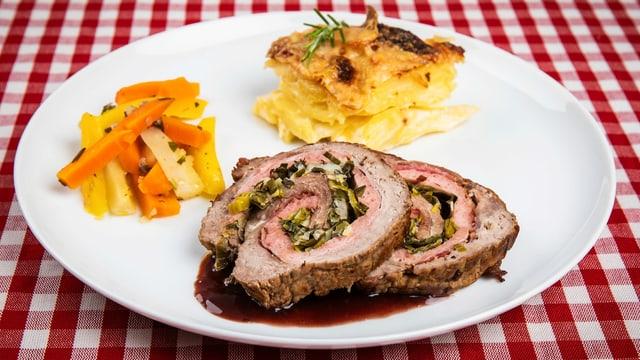 Rindsrollbraten an Rotweinsauce, Kartoffelgratin und Rüebli auf weissem Teller