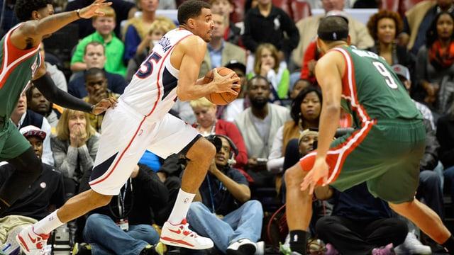 Thabo Sefolosha von den Atlanta Hawks und Jared Dudley von den Milwaukee Bucks.