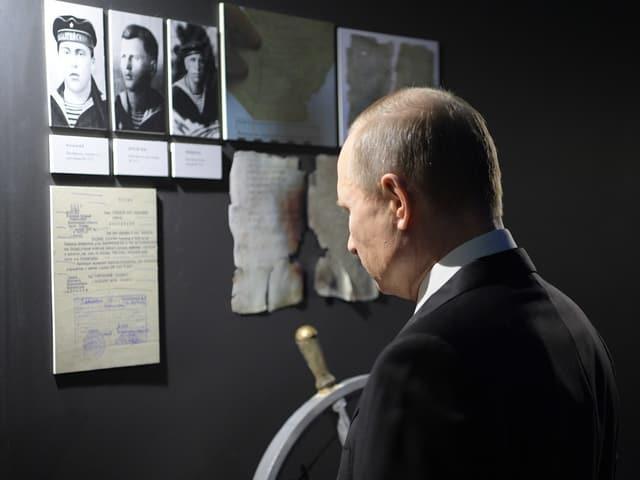 Putin beim Besuch einer Geschichtsausstellung.